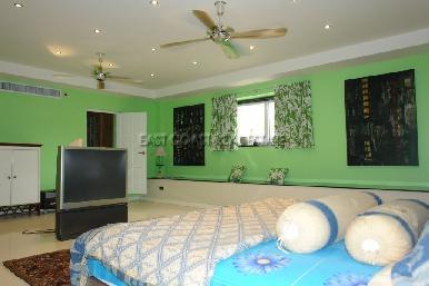 Cosy Beach Mansion 33